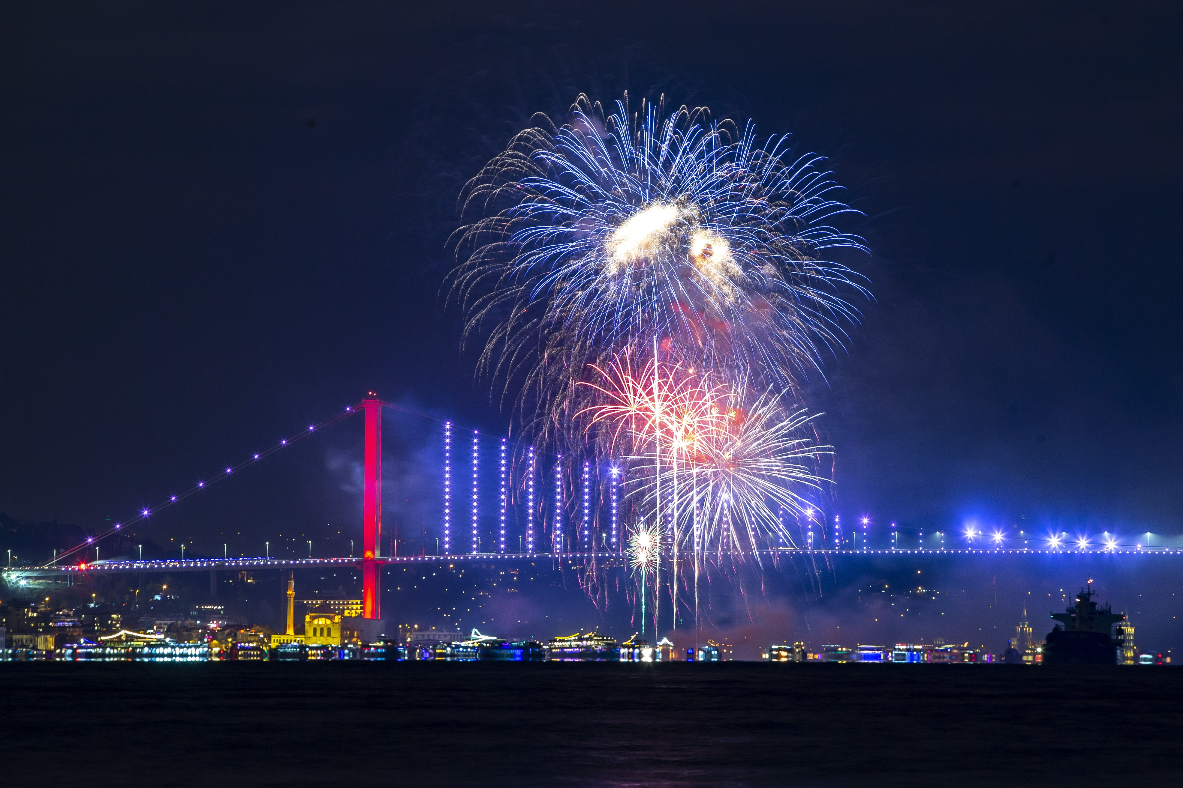 Pictures From 2020 New Year's Eve Celebrations Across the ...
