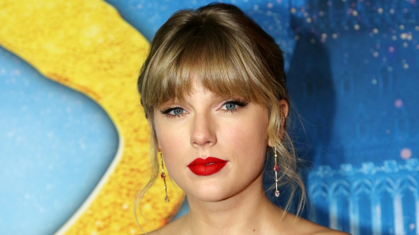 """Taylor Swift poses at the world premiere of the new film """"Cats"""" based on the Andrew Lloyd Webber musical at Alice Tully Hall, Lincoln Center on December 16, 2019 in New York City."""