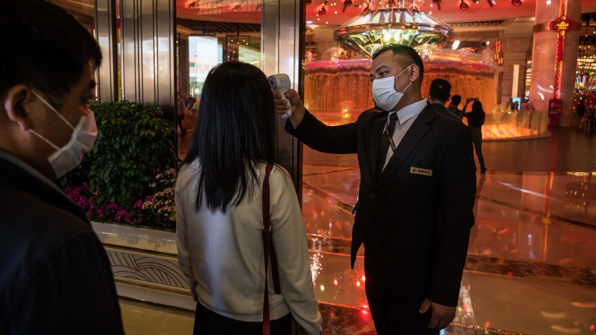 Wuhan Bans Cars, Hong Kong Closes Schools as Virus Spreads