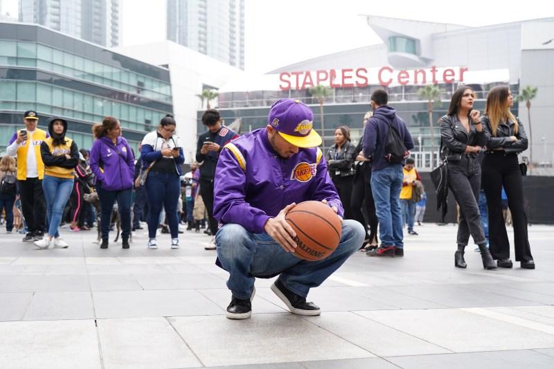 Fans Mourn NBA Great Kobe Bryant's Death