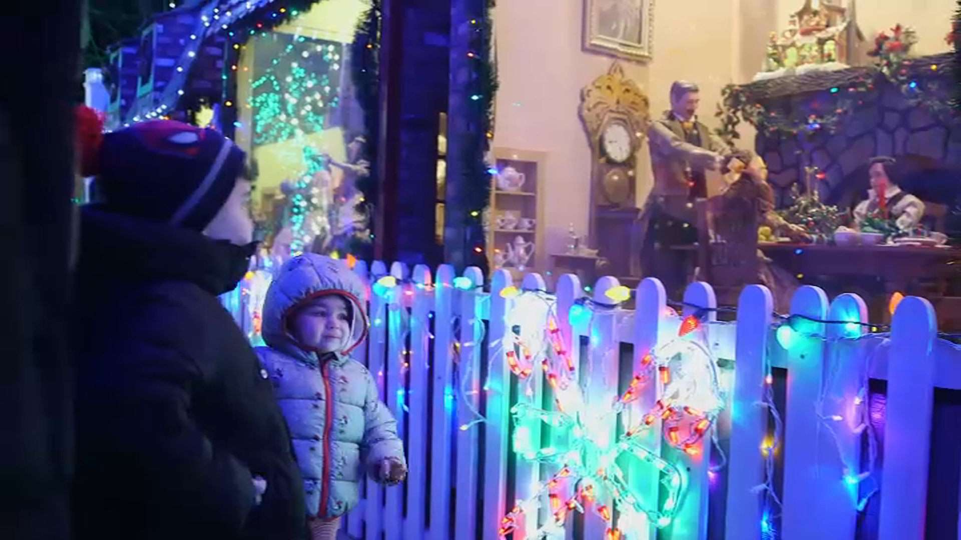 NYC Man Honors Late Wife Killed on 9/11 With Holiday Lights, Helps Raise Fund for Kids