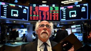 Corredor de bolsa durante la campana de apertura en la Bolsa de Nueva York (NYSE) el 16 de marzo de 2020 en Wall Street en la ciudad de Nueva York.