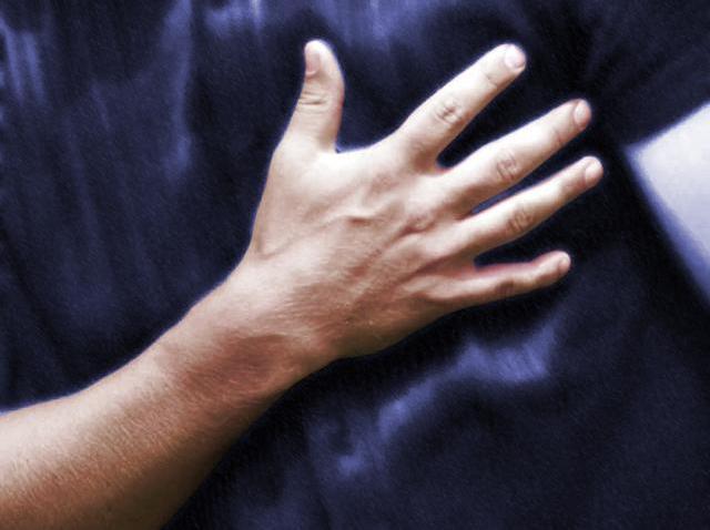 heart attack clutch chest