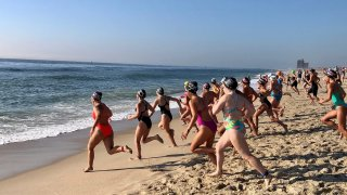 Ocean mile racers running into water