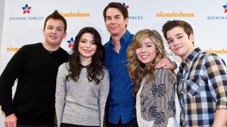 """In this Jan. 13, 2012, file photo, """"iCarly"""" cast members Noah Munck, Miranda Cosgrove, Jerry Trainor, Jeanette McCurdy and Nathan Kress pose for a photo backstage at a special military family screening of Nickelodeon's """"iCarly: iMeet The First Lady"""" at Hayfield Secondary School in Alexandria, Virginia."""