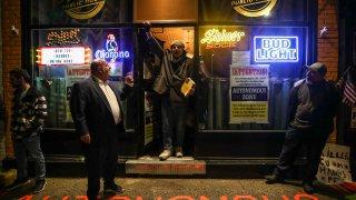 Un bar de Nueva York se rebela contra las normas impuestas por el estado para evitar propagación de casos de COVID-19.