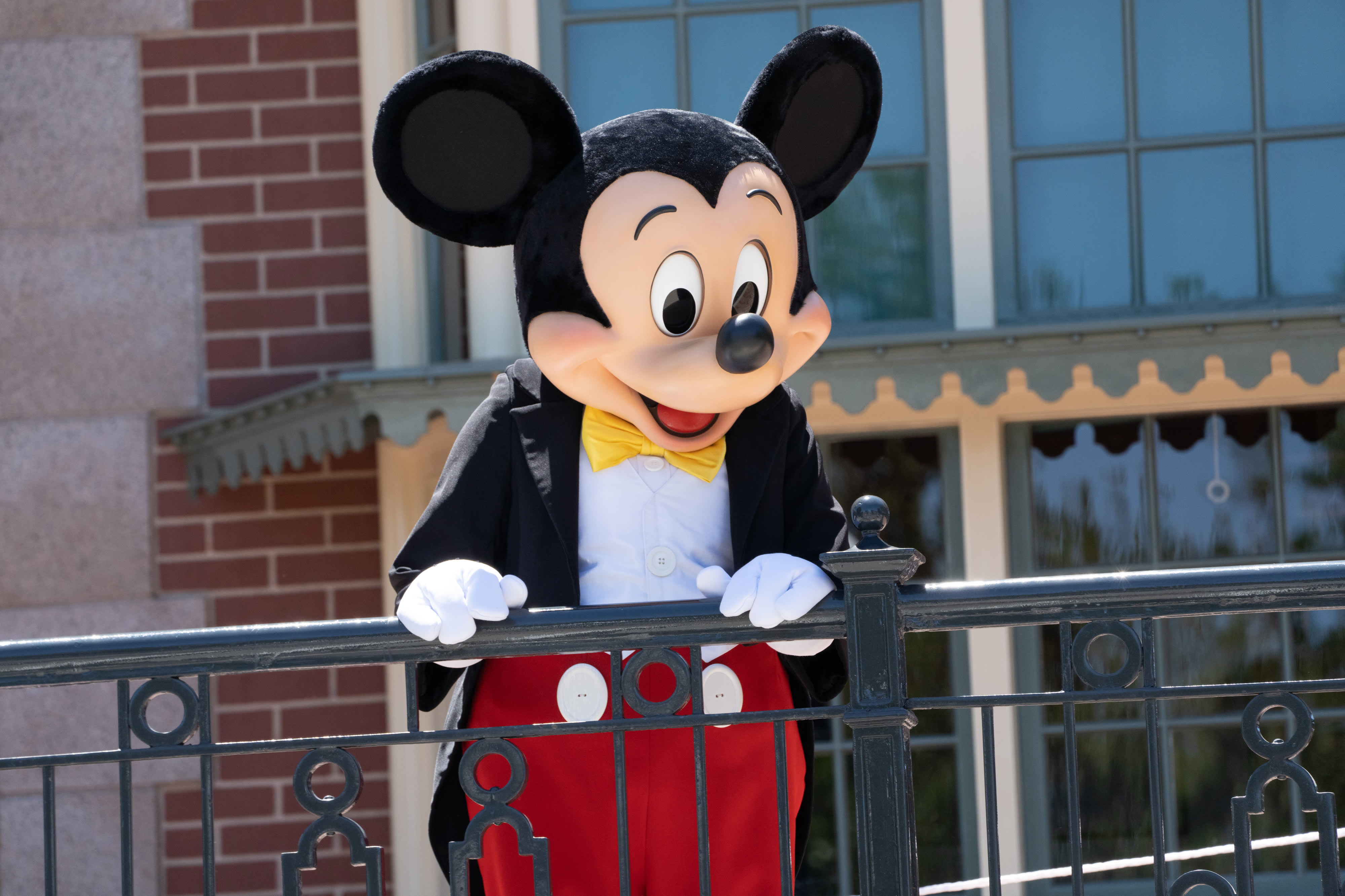 Disney Tells Salaried and Non-Union Employees in the US They Must Be Vaccinated by End of September – NBC New York