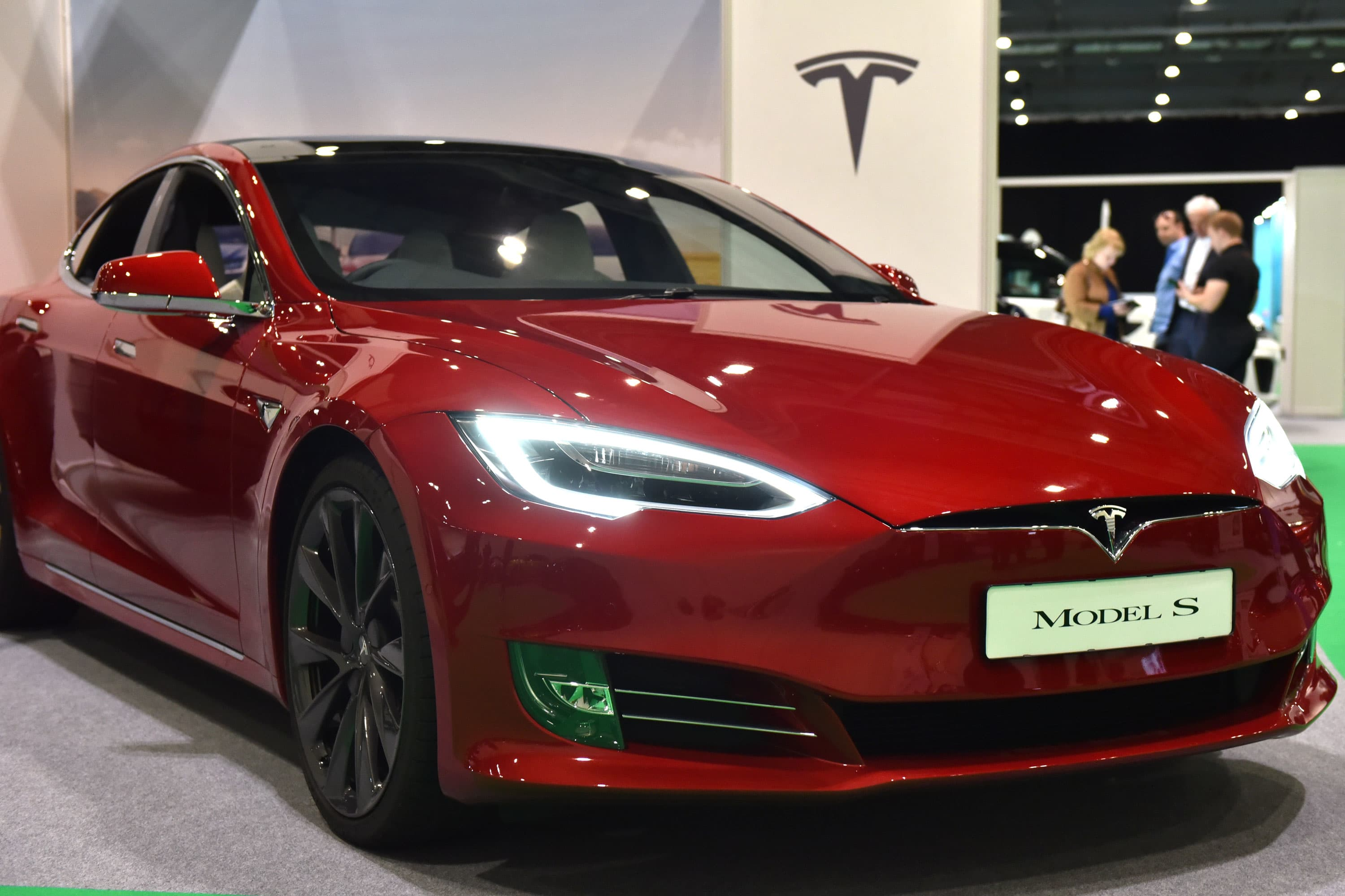 Tesla On Part-Automated Drive System Slams Into Police Car in Orlando
