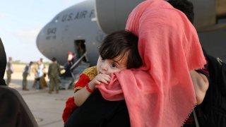 Refugiados afganos esperan a ser evacuados
