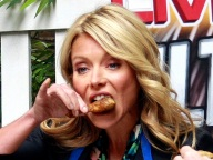 kelly-ripa-chicken-wing