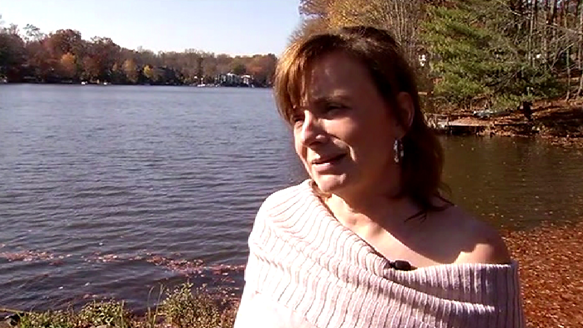 Beth Hoyos says she didn't hesitate when she saw the car sinking in Virginia's Lake Anne.