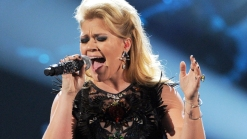 Kelly Clarkson Blasts U.K. Paper for Misquotes, Claims of Anorexia