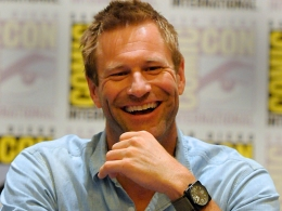 "Aaron Eckhart Has His Own Fanboy Questions About ""Dark Knight"" Sequel"