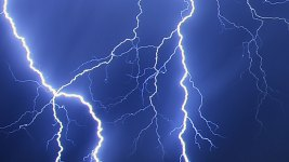 8 Kids, 3 Adults Hit by Lightning In Paris Park