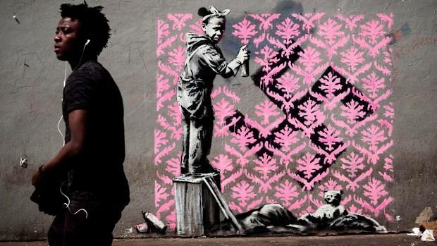 [NATL] Graffiti Artist Banksy Splashes Paris With Works on Migrants