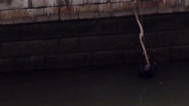 [NY] Man Dangles From Stick Before Harlem River Rescue