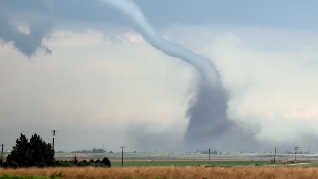 [NATL] Extreme Weather Photos: Tornadoes, Hail Sweep Midwest States
