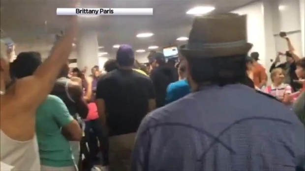 "[NY] Casts of ""Aladdin"", ""Lion King"" Sing for Stranded Travelers at LaGuardia"