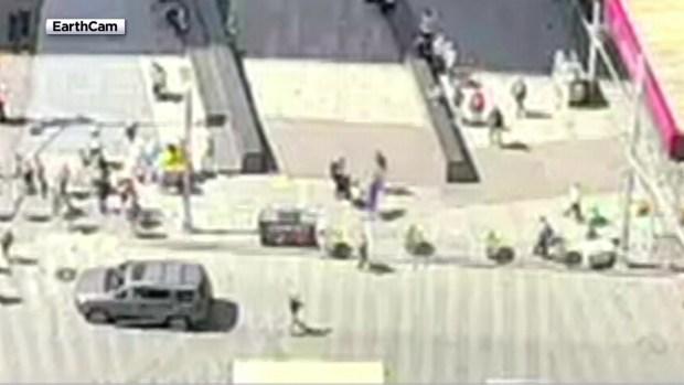 "[NY] Video Shows ""Free Hugs"" Man Slug Tourist in Times Square"