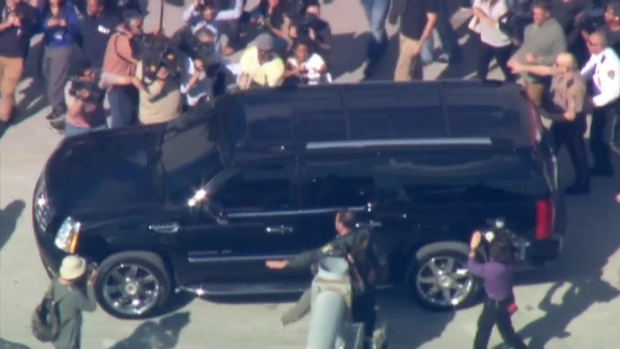 [MI] Justin Bieber Leaves Miami-Dade County Jail, Waves at Crowd