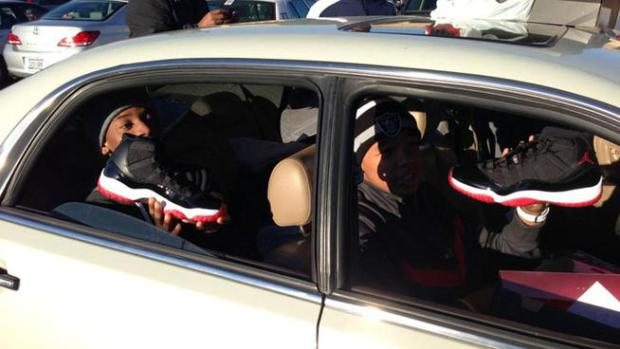 [DFW] Frenzied Crowd Rushes Hulen Mall for New Air Jordans