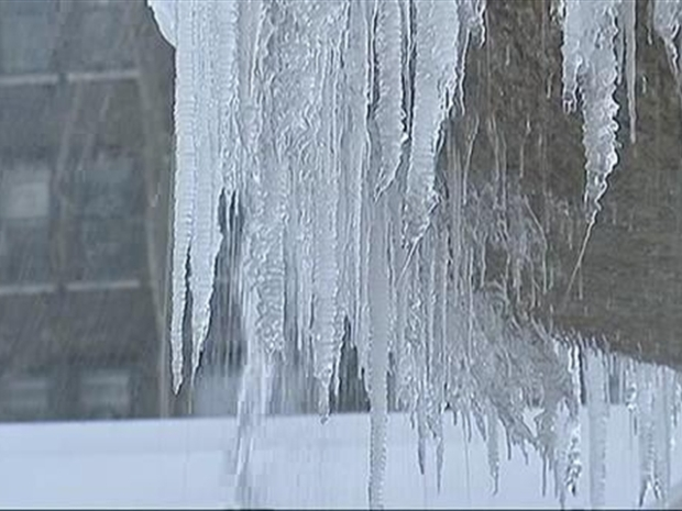 [NY] WATCH: Icicle-Bedecked Bryant Park Fountain Does Business as Usual