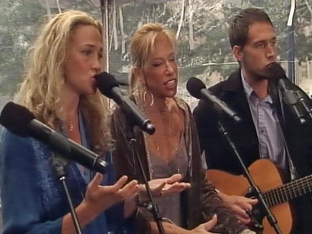 "[NY] Carly Simon Sings ""Let the River Run"""