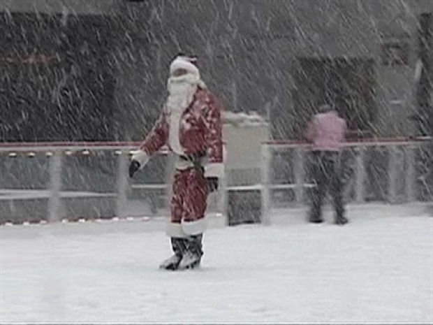 [NY] Santa Goes Ice Skating in the Plaza