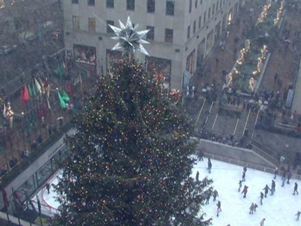 [NY] Raw Video: Snow Swirls Around Rockefeller Christmas Tree