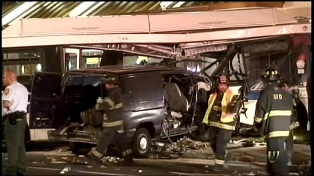 [NY] Crash Sends Bus into L.I. McDonald's Wall [Raw]
