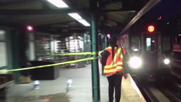 Pregnant woman stabbed in the neck while riding the subway