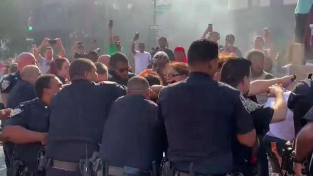 [NY] Residents and Cops Feud as Firefighters Battle Blaze