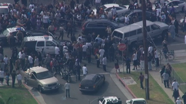 [LA] Crowd Gathers Around Suspects, Officers at End of Pursuit