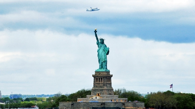 [NY] Shuttle Flies by City Landmarks en Route to JFK