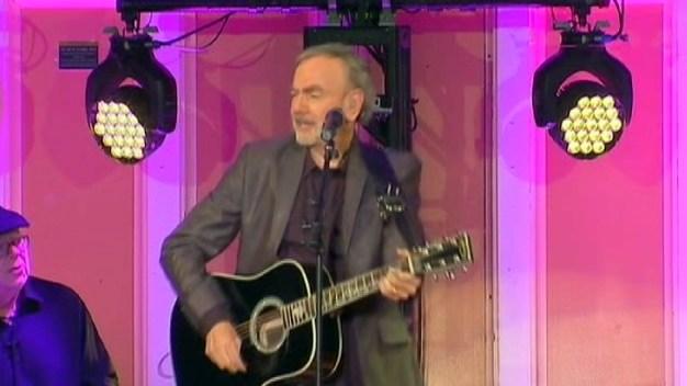 Neil Diamond Holds Surprise Concert at Brooklyn High School