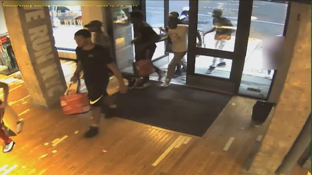 Group of Thieves Rush, Rob Upper East Side Stores: Cops