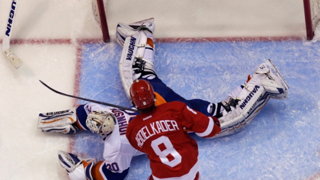Red-Hot Red Wings Beat Islanders