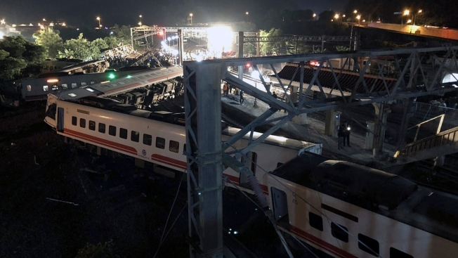 18 Dead, Over 170 Injured in Taiwan Train Derailment
