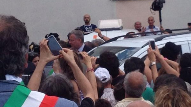 De Blasio Cheered as He Vacations in Italy