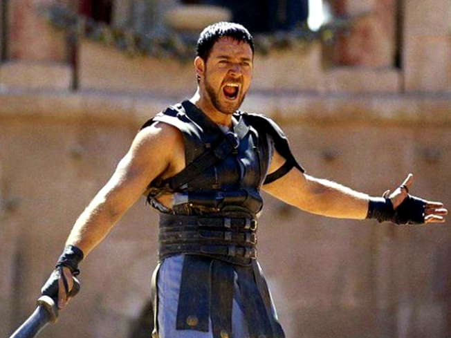 """Russell Crowe Visits the Colosseum 10 Years After """"Gladiator"""""""