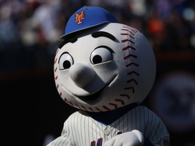 Mr. Met flips the bird at fans