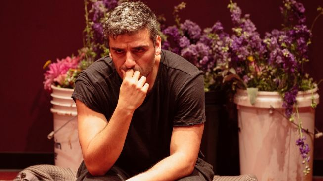 'Hamlet' Review: A Hot Star, A Famous Play ... and a Tray of Lasagna