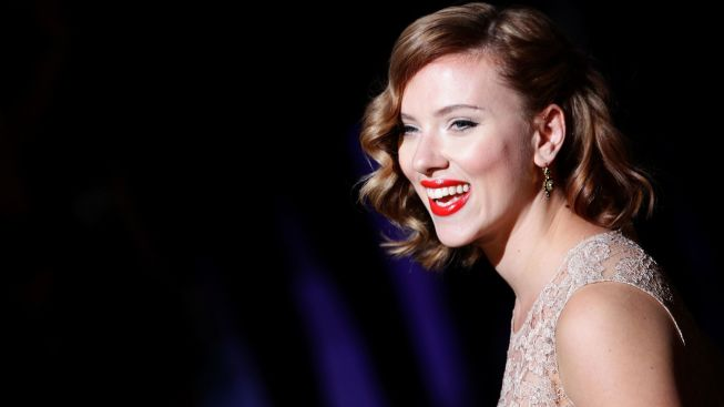 """Cat on a Hot Tin Roof,"" Starring Scarlett Johansson, Begins Previews"