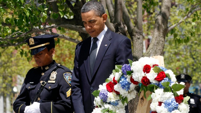 A Tender Moment: President Obama Lays a Wreath