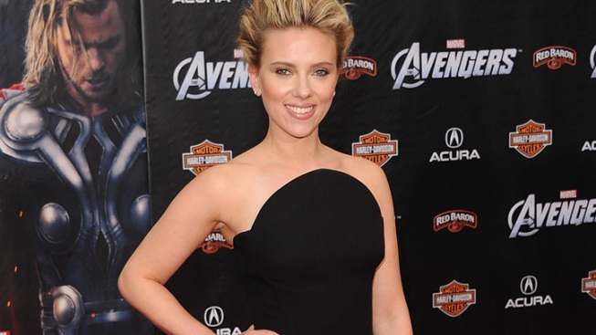 "One Shot: Scarlett Johanssen in Versace at ""Avengers"" Premiere"