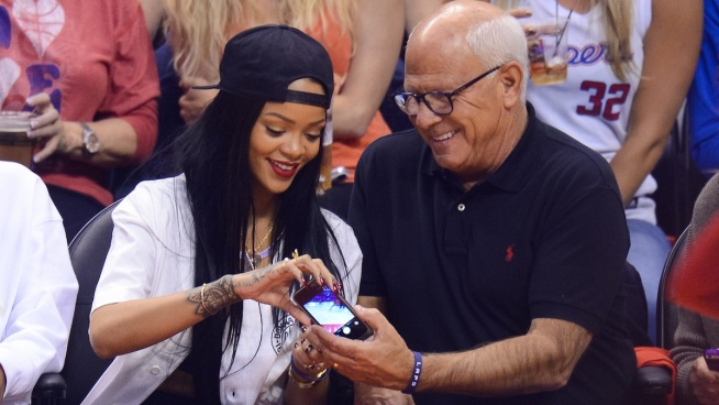 #Rihanna dona $ 25,000 a LAPD Después de un Selfie fallido durante Juego de #Clippers