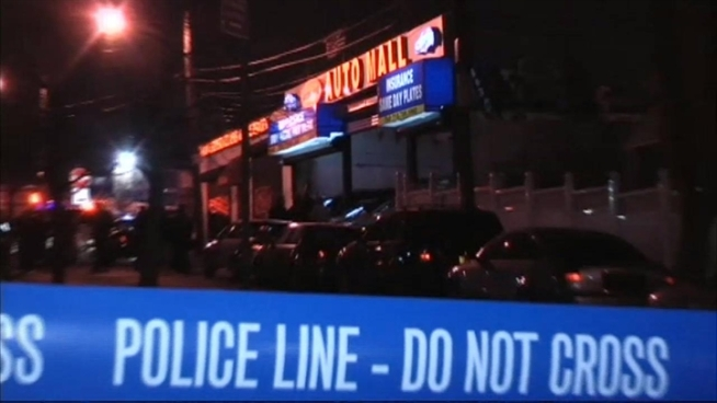 An off-duty police officer was shot in the leg when a group of robbers attempted to rob his family's business in the Bronx, officials say. Gus Rosendale reports.
