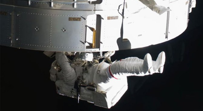 Spacewalkers Fail to Free Jammed Shelf