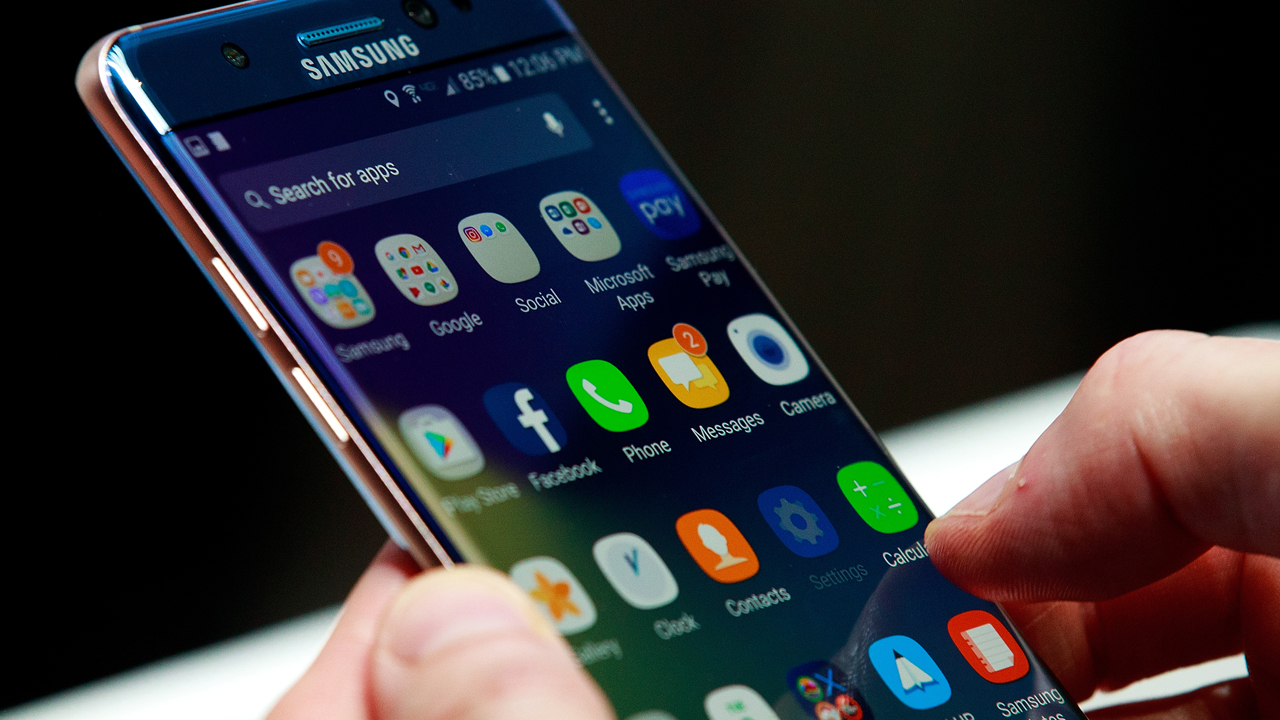 A man holds a Samsung Galaxy Note 7 during a launch event at the Hammerstein Ballroom, August 2, 2016, in New York City.