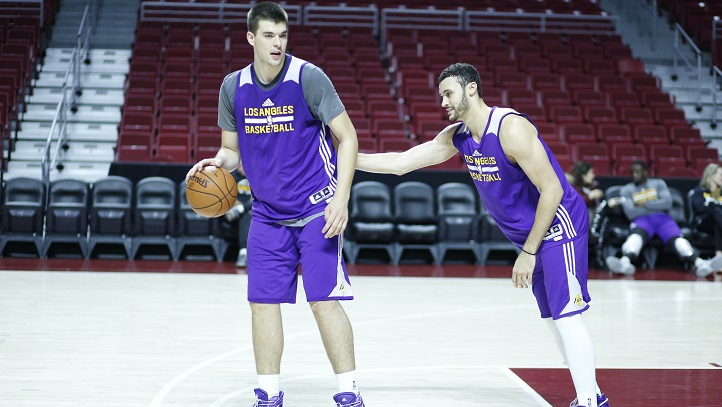 Ivica Zubac and Larry Nance Jr. practice 1-on-1 in Philadelphia